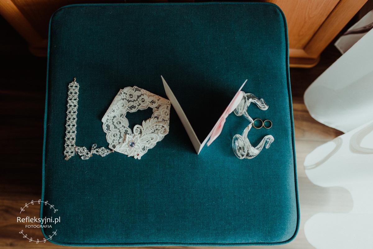 Napis love z dodatków ślubnych