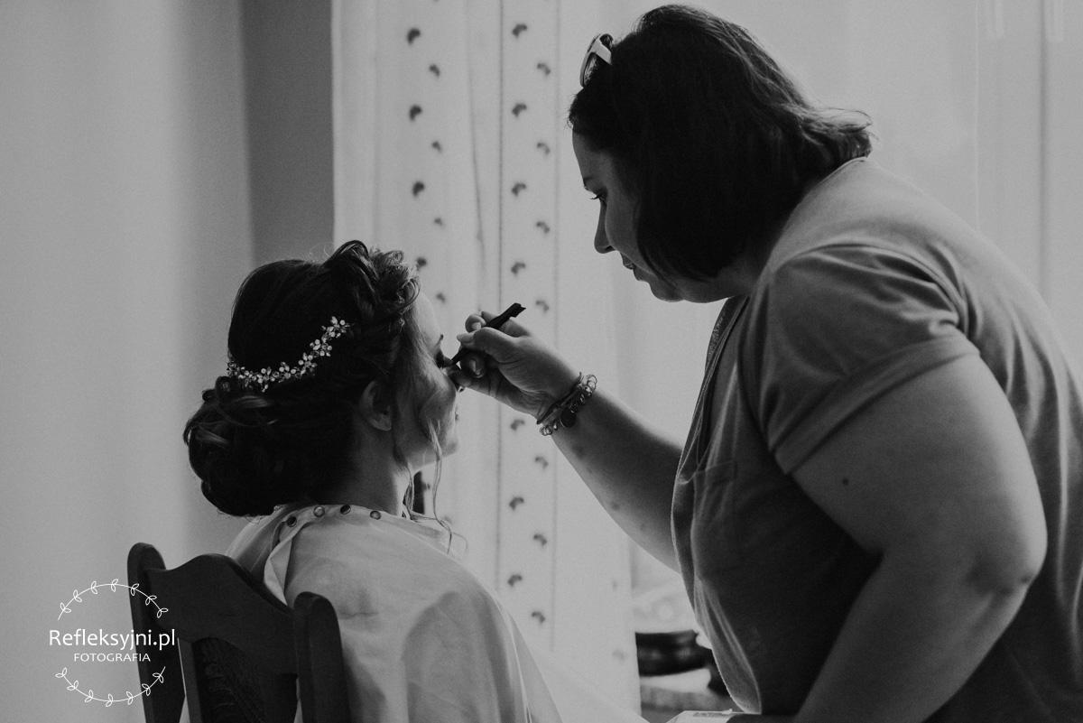 Makijażystka maluje Panią Młodą
