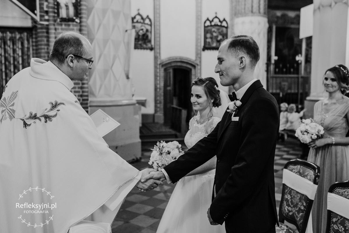 Państwo młodzi otrzymują akt ślubu od Księdza