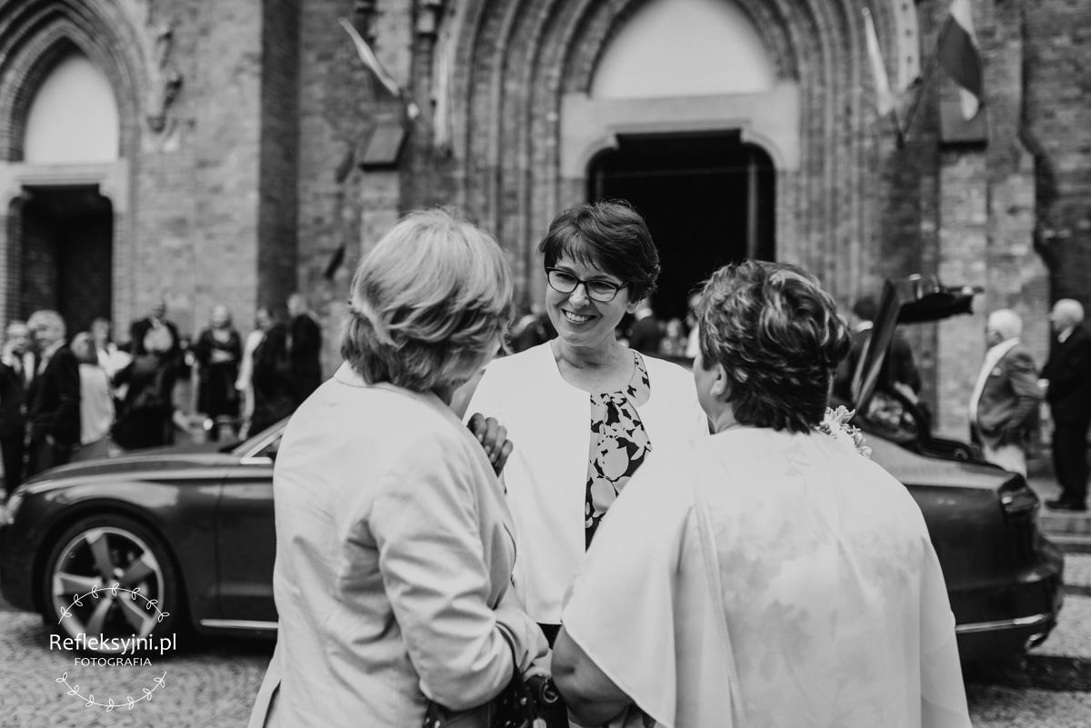 Trzy Panie stojące przed Kościołem