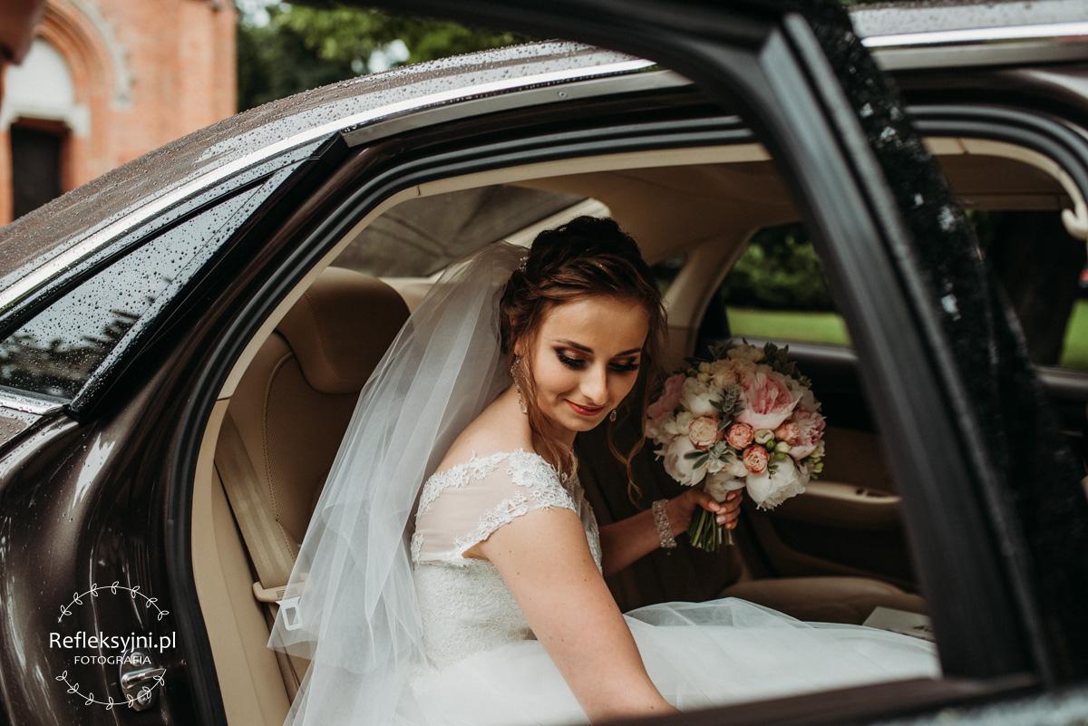 Pani Młoda siedzi w samochodzie ślubnym