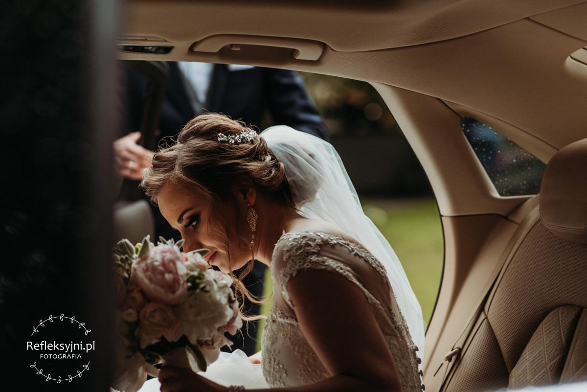 Pani Młoda wsiada do samochodu ślubnego