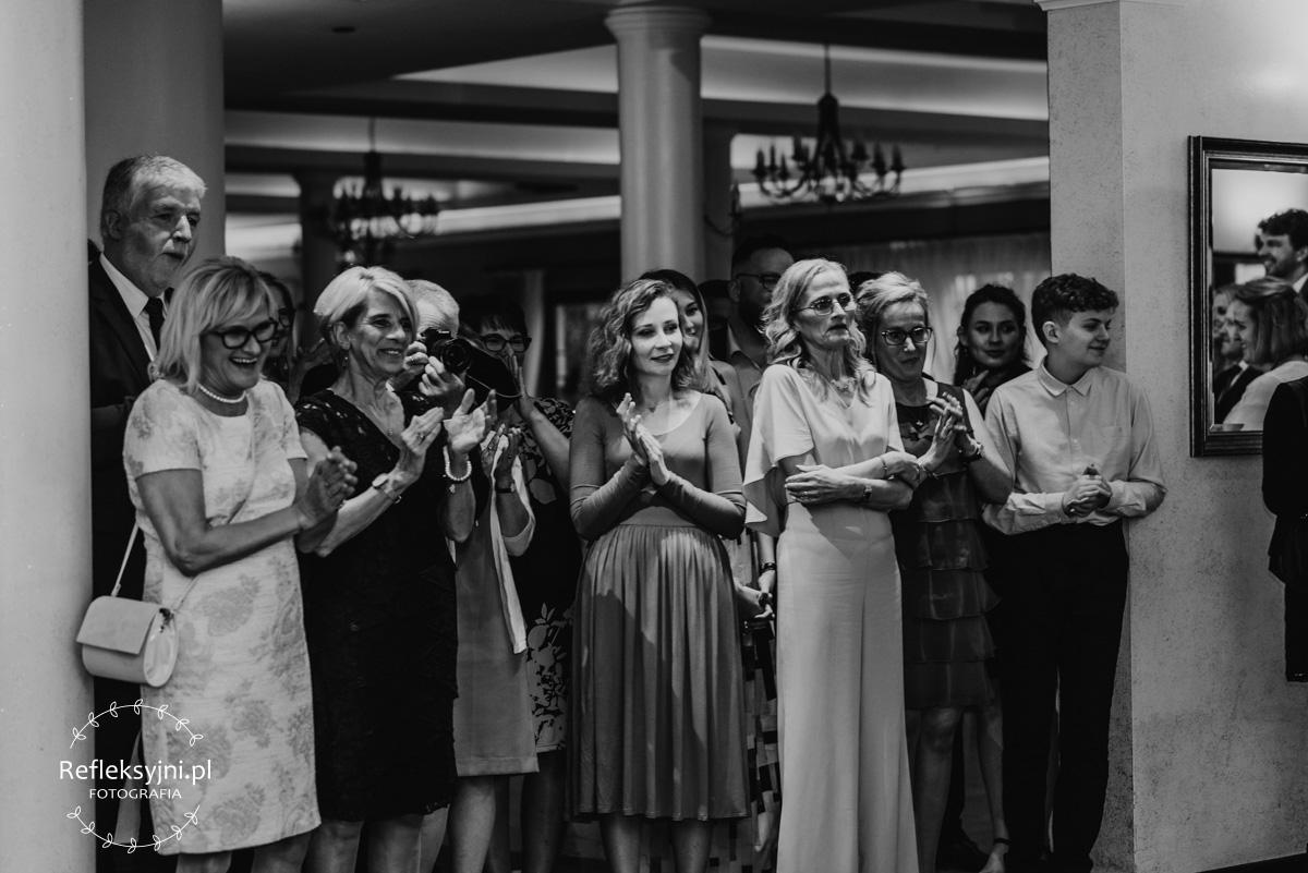 Goście oklaskujący pierwszy taniec Państwa Młodych