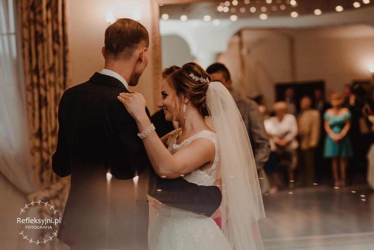 Tańczący Państwo Młodzi na weselu