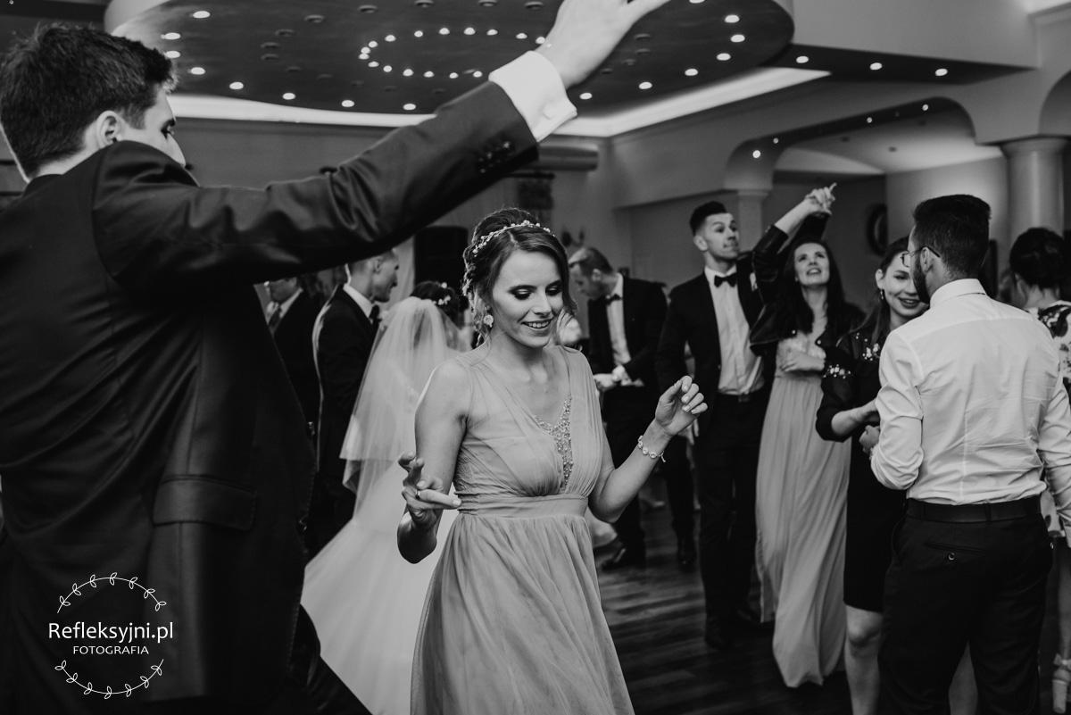 Tańcząca Pani na weselu