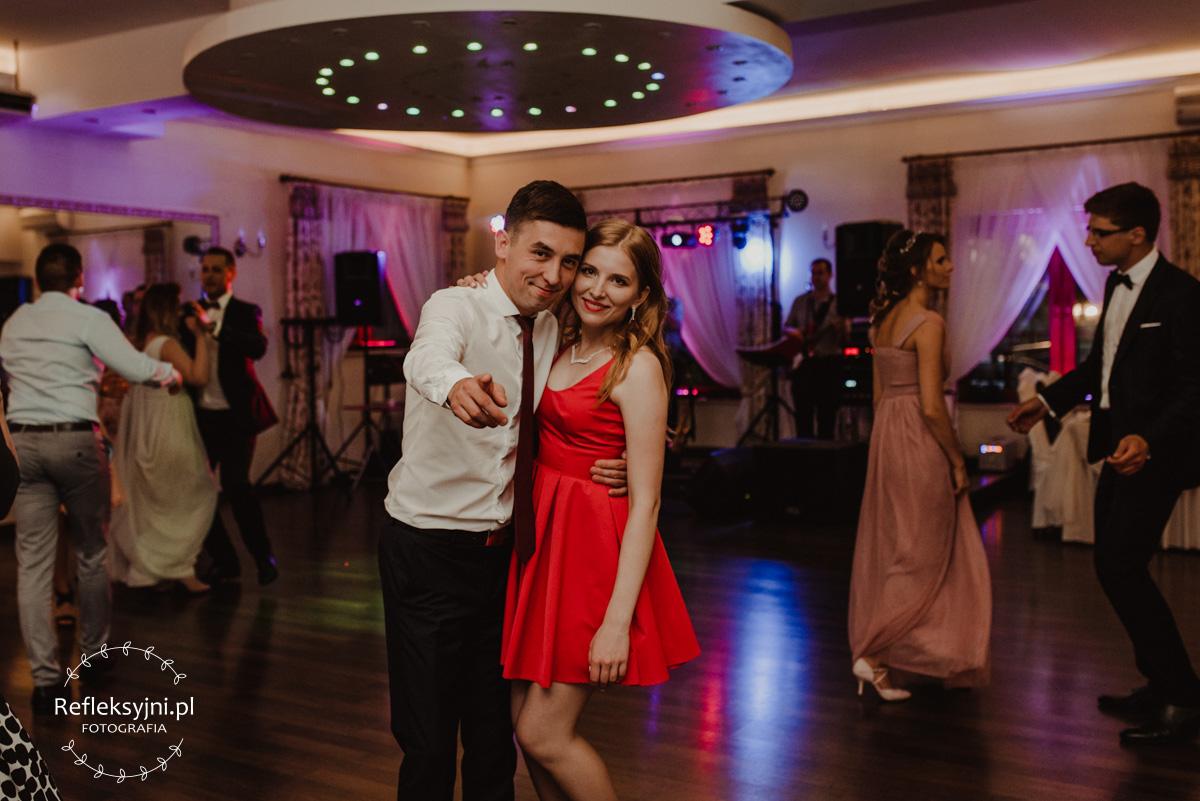 Tańczący goście podczas wesela
