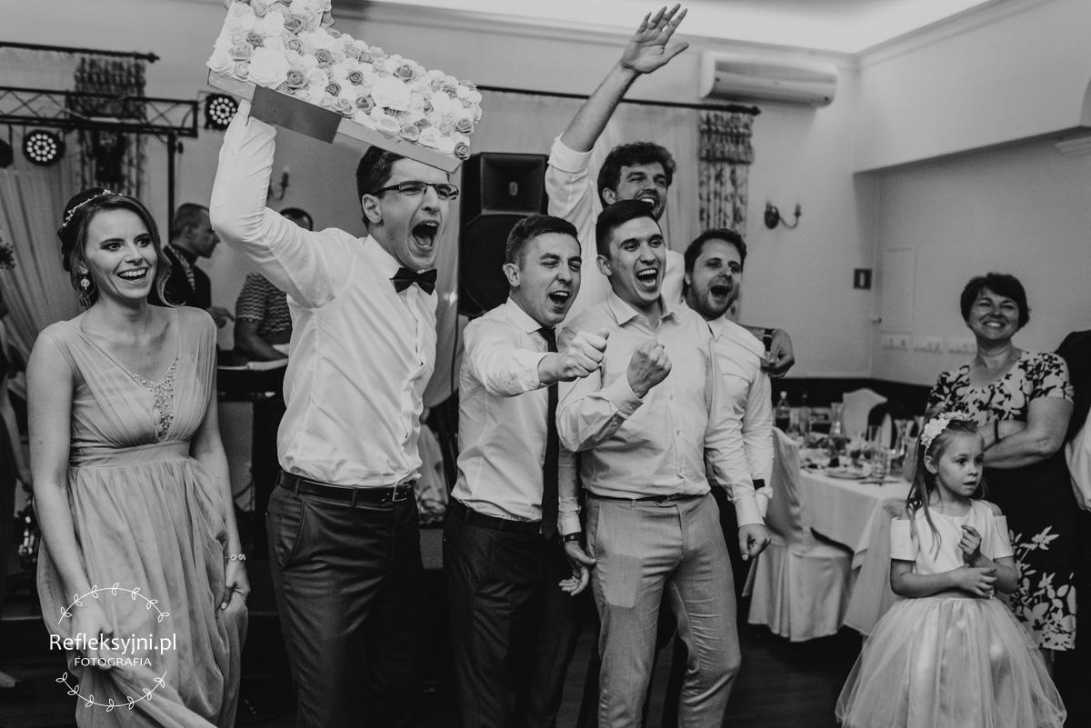 Goście weselni śpiewają piosenkę