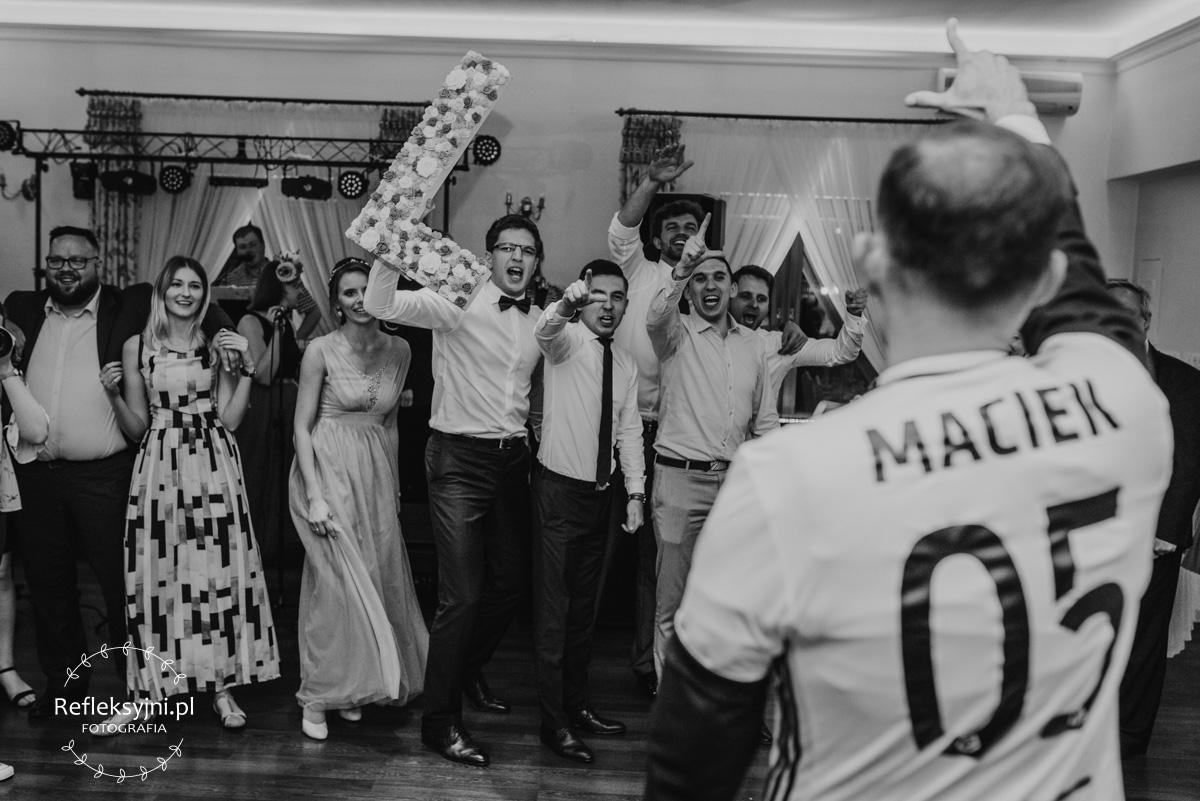 Goście weselni podczas śpiewania piosenki