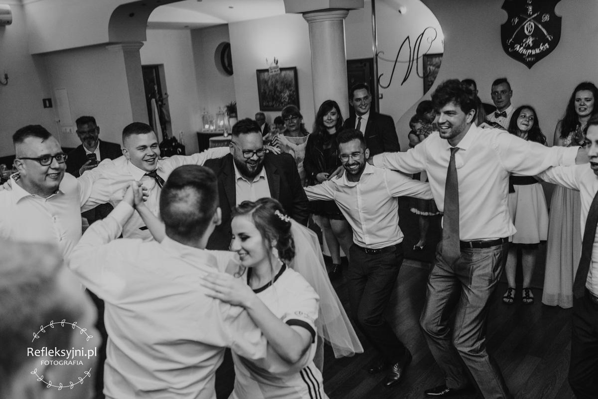 Tańczący Panowie wokół Pani Młodej