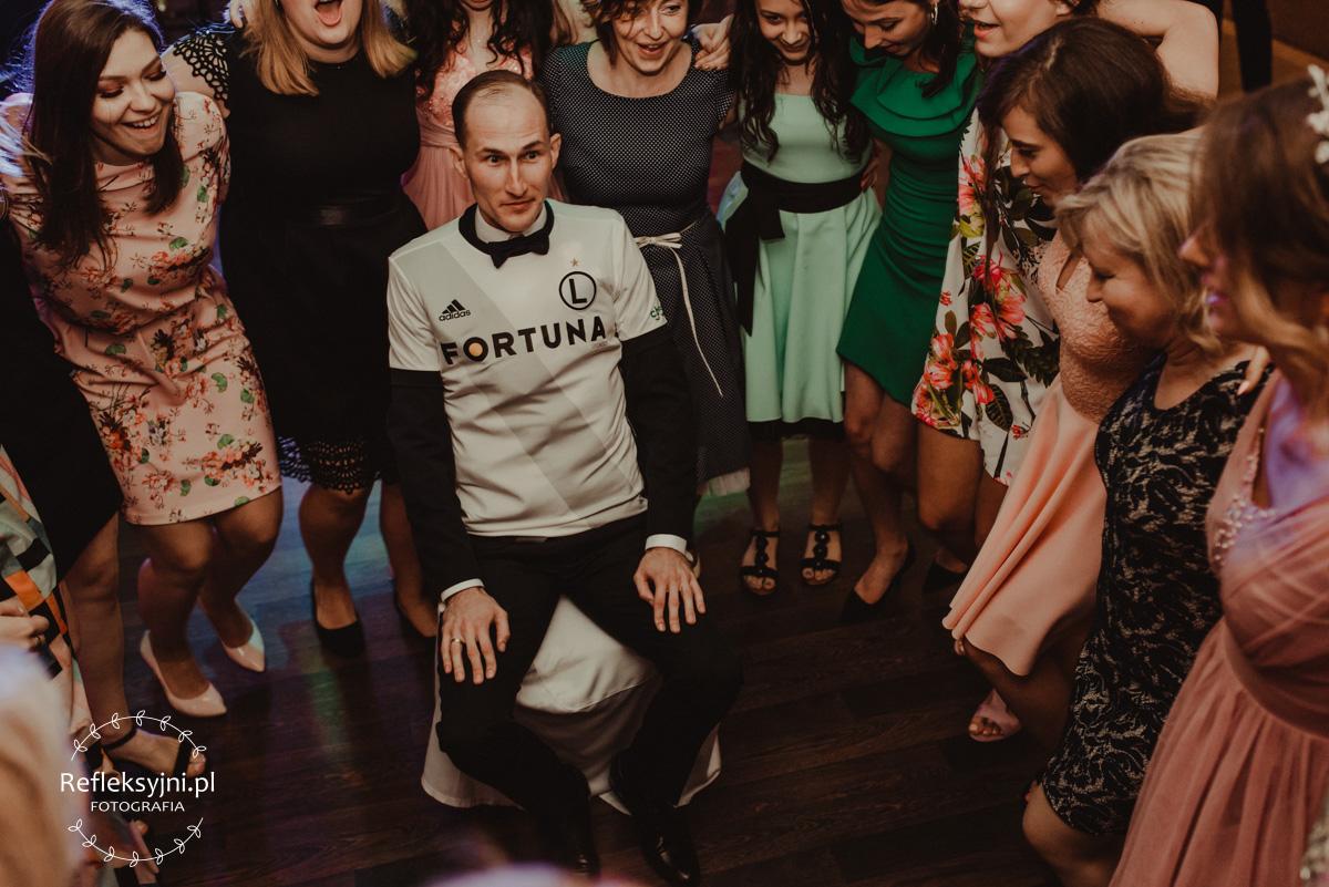 Tańczące Panie wokół Pana Młodego