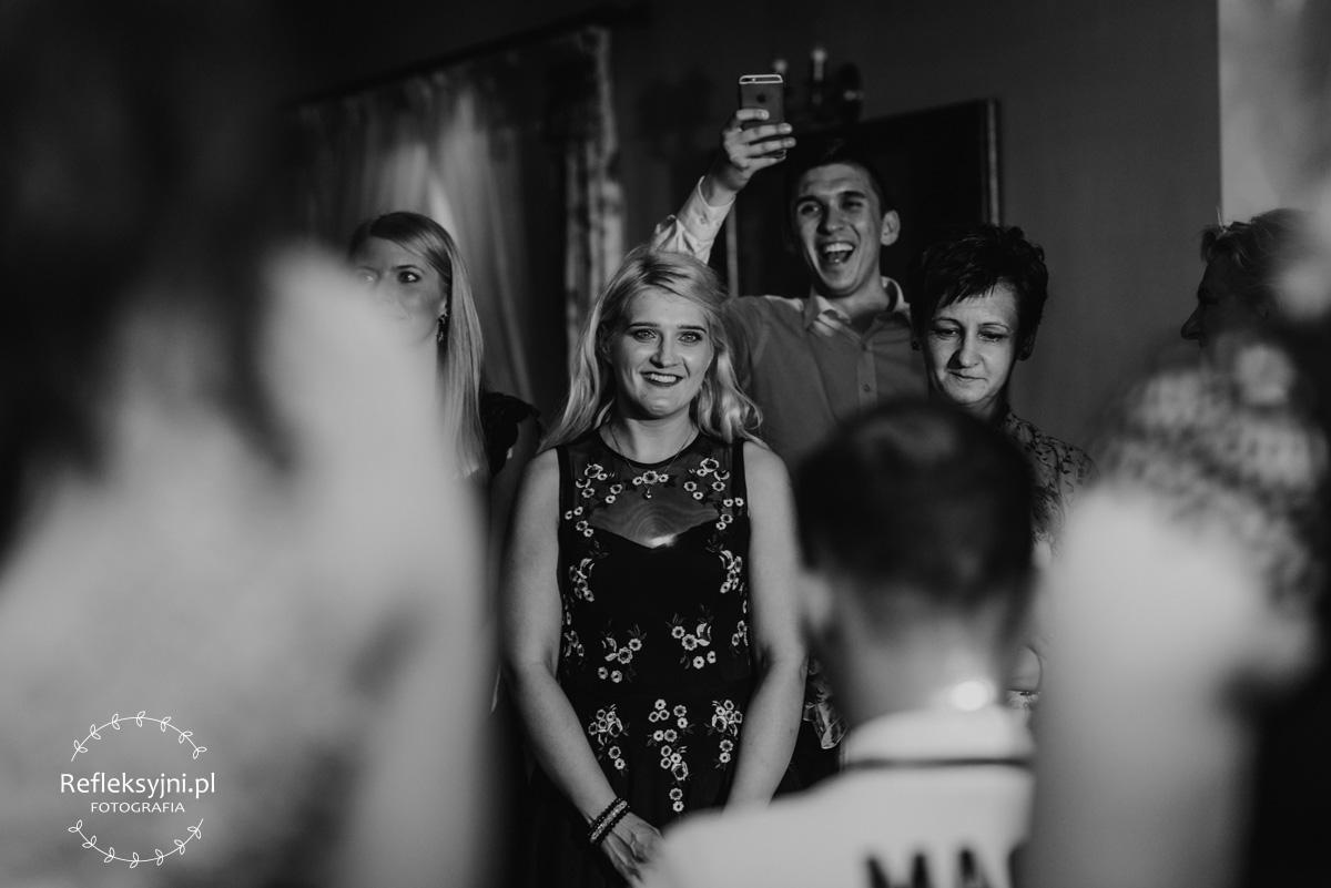 Dwie Panie i Pan podczas wesela