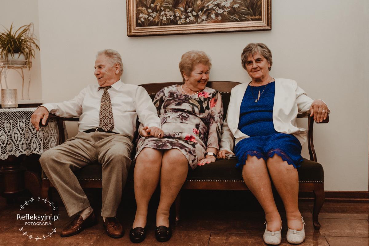 Goście weselni siedzą