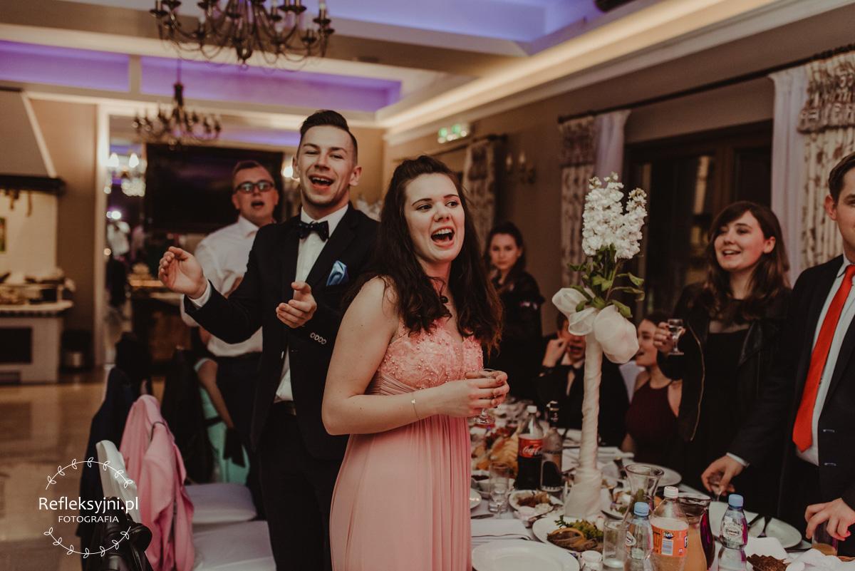 Śpiewający goście weselni