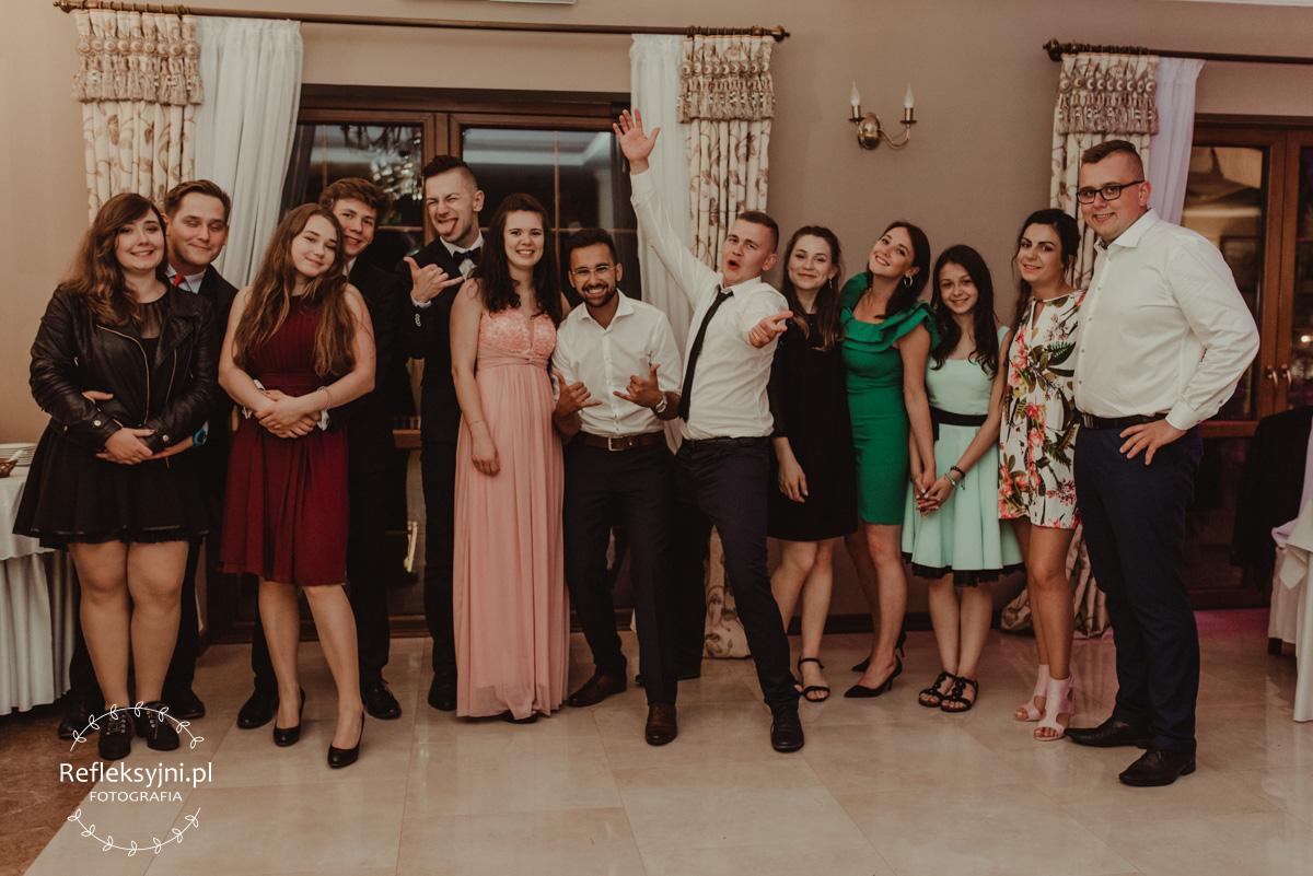 Grupowe zdjęcie gości weselnych