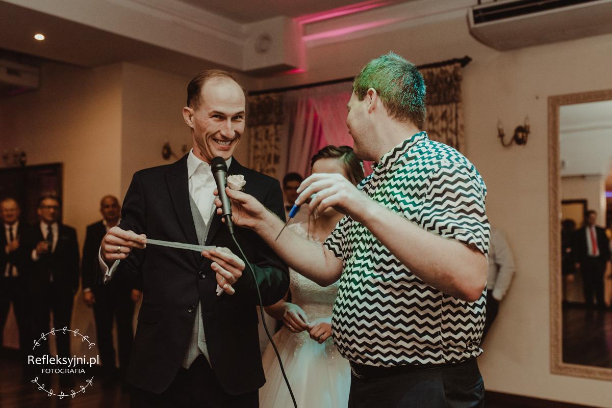 Pan Młody czytający z kartki podczas wesela