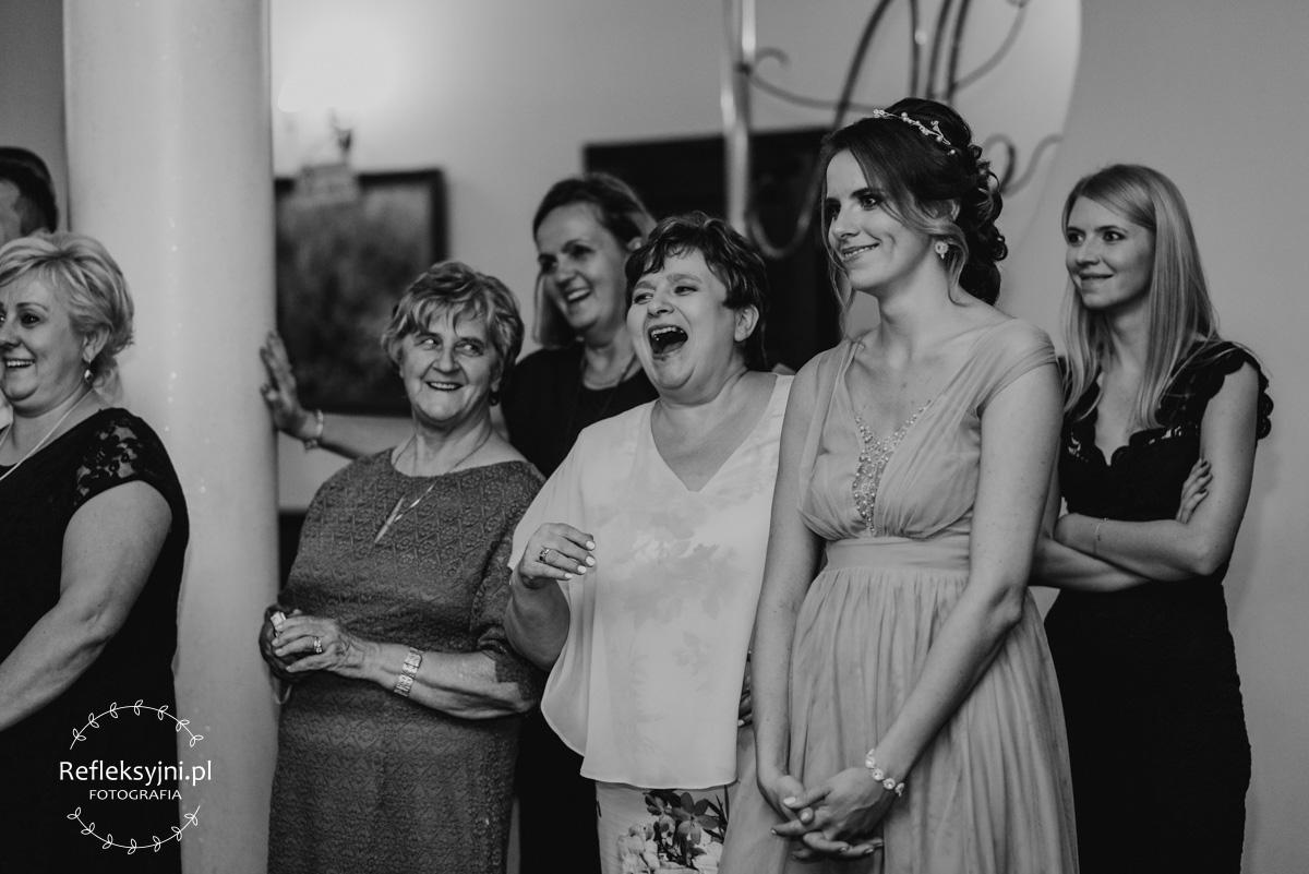 Pięć śmiejących się osób podczas oczepin