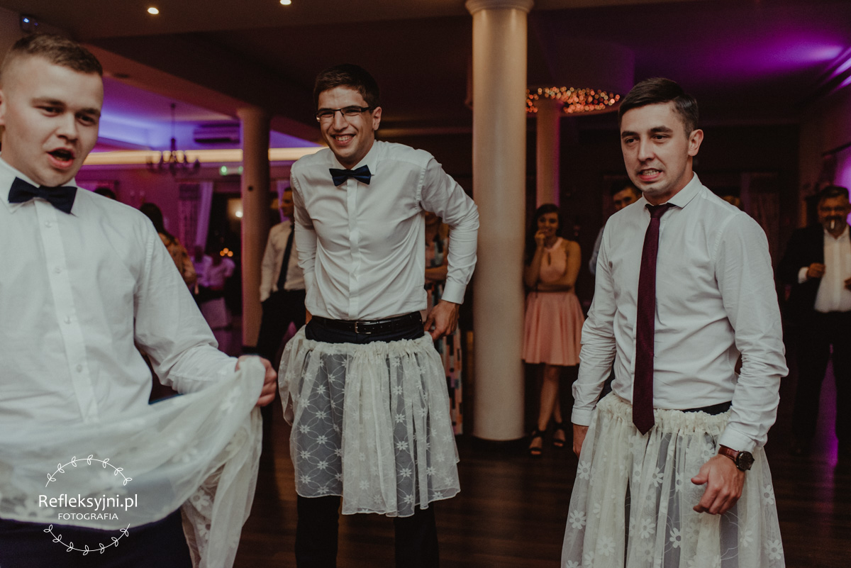 Goście podczas zabawy weselnej w śmiesznych strojach