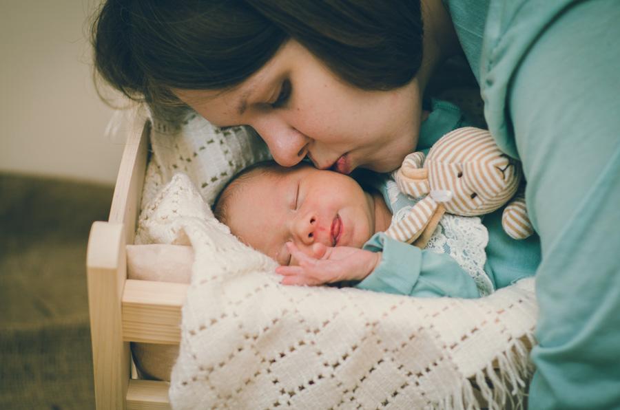 Noworodek w koszyku z mamą