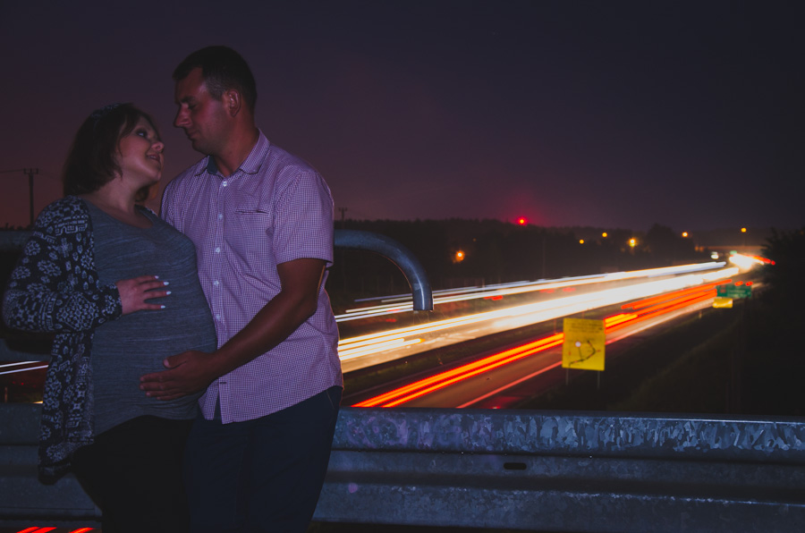 Nocne zdjęcie pary w sesji ciążowej