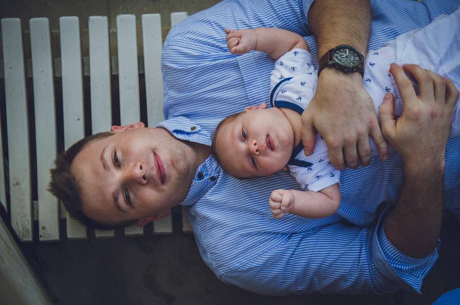 Rodzice z niemowlakiem w Łazienkach Królewskich