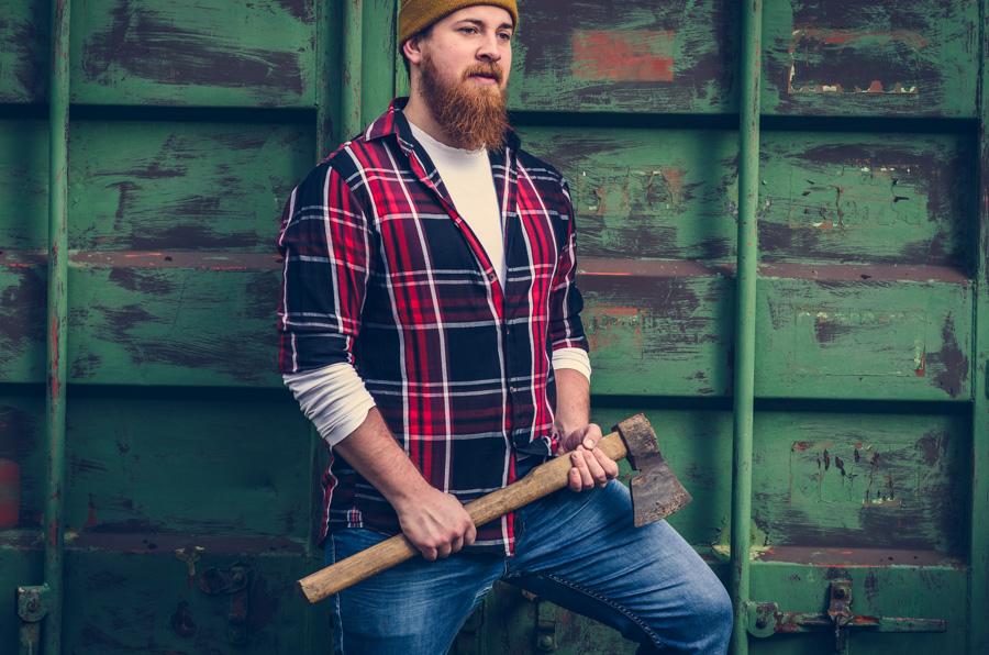 Mężczyzna drwal w kraciastej koszuli