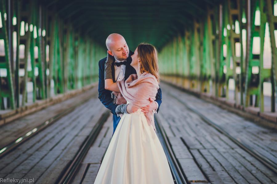 Kobieta i mężczyzna na sesji ślubnej na Moście Gdańskim