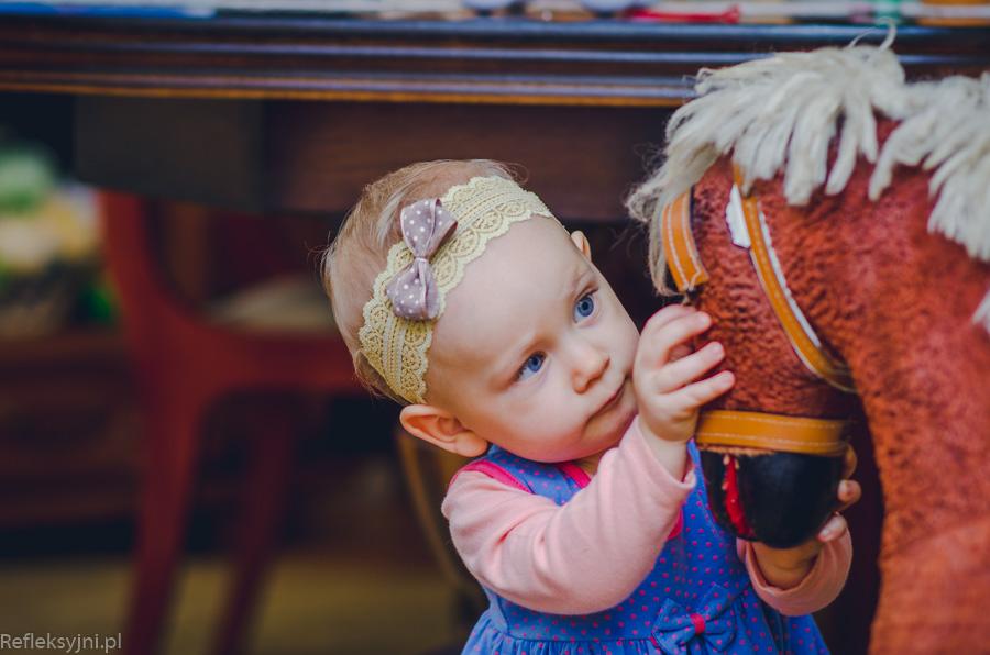 Sesja dziecięca - dziecko z koniem