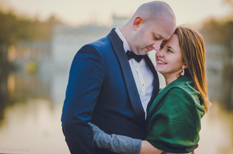 Kobieta i mężczyzna na sesji ślubnej w Łazienkach Królewskich