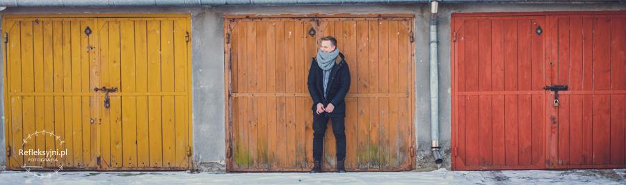 Mężczyzna na tle garażów w Ostrowi