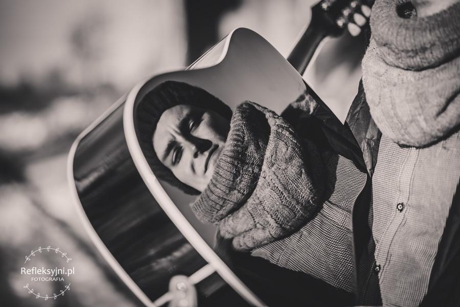 Odbicie mężczyzny w gitarze