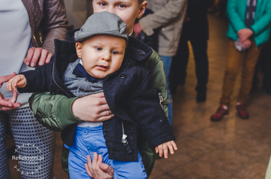 Dziecko trzymane przez brata