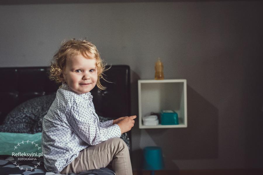 Siedząca dziewczynka