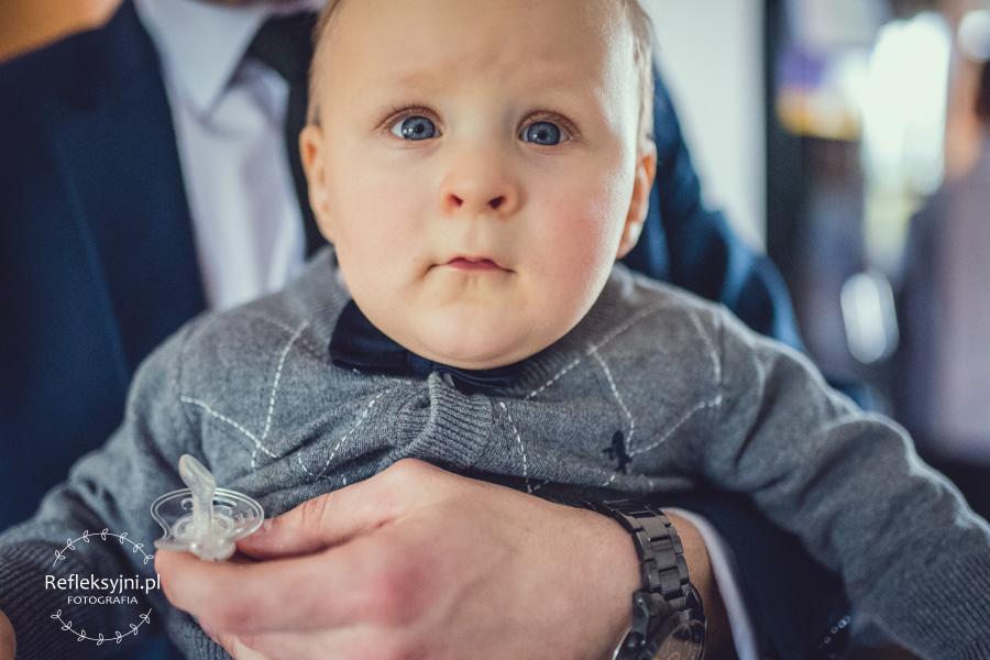 Dziecko trzymane na rękach