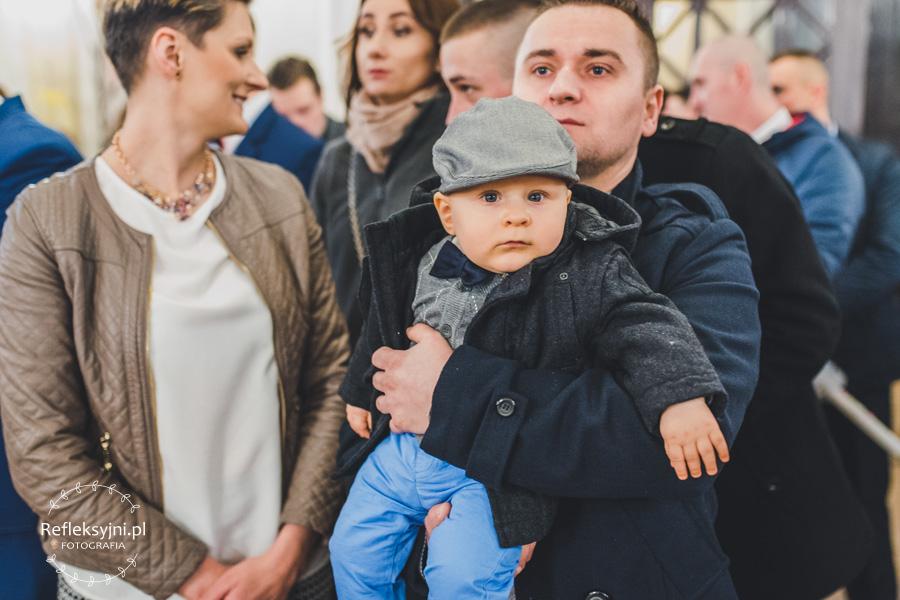 Dziecko z rodzicami i siostrą w Kościele