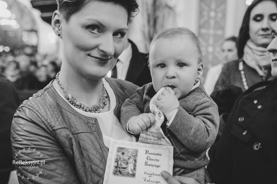 Mama z chłopcem i aktem Chrztu