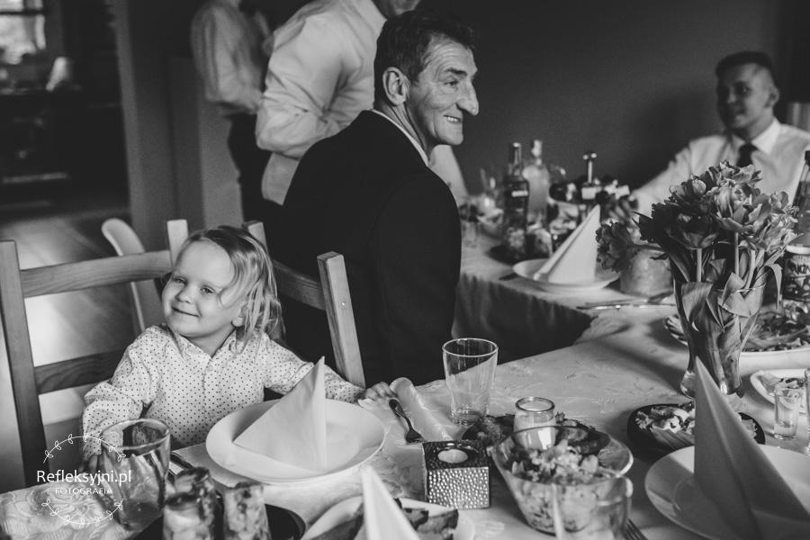Dziewczynka i dziadek przy stole