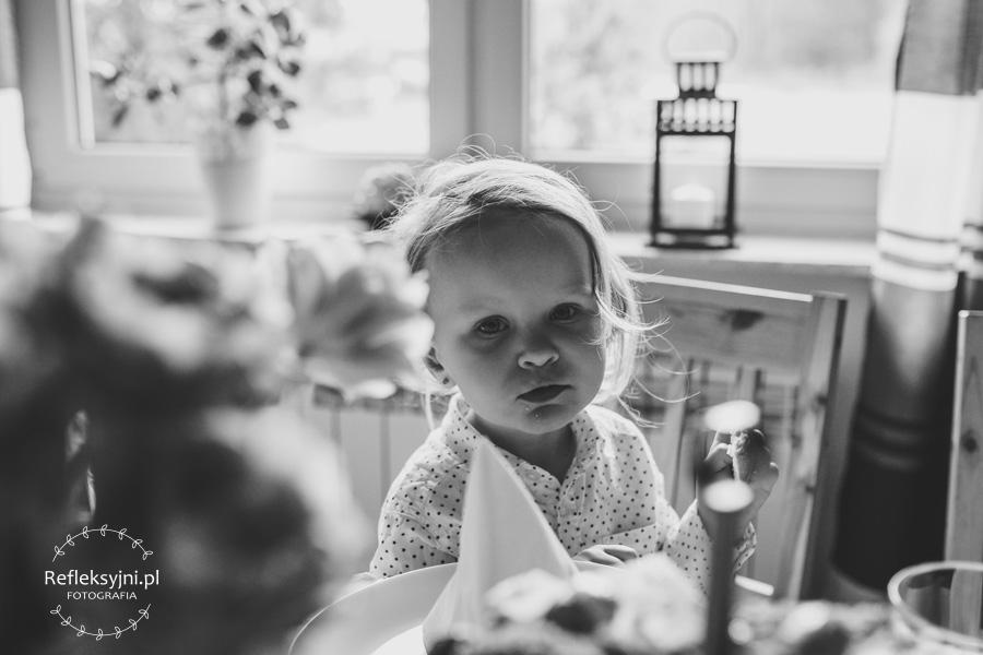 Dziewczynka przy stole