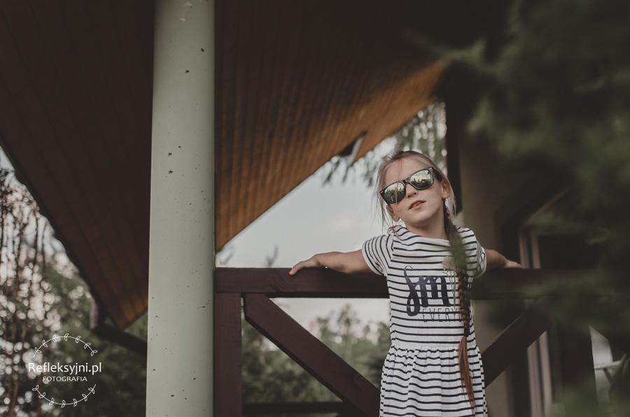 Dziewczynka stojąca na balustradzie