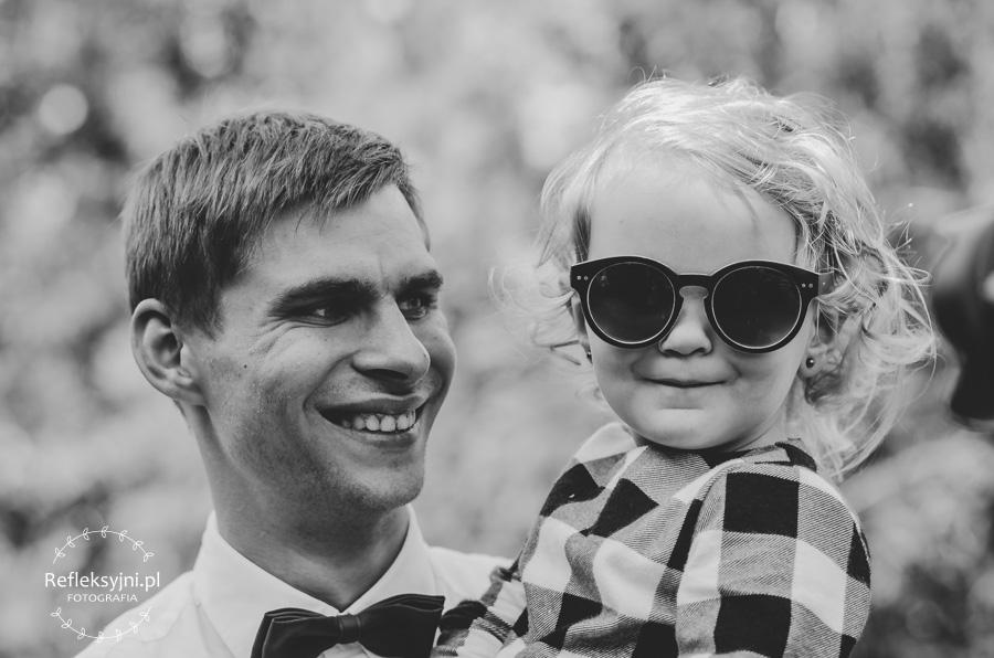 Dziewczynka w okularach i mężczyzna