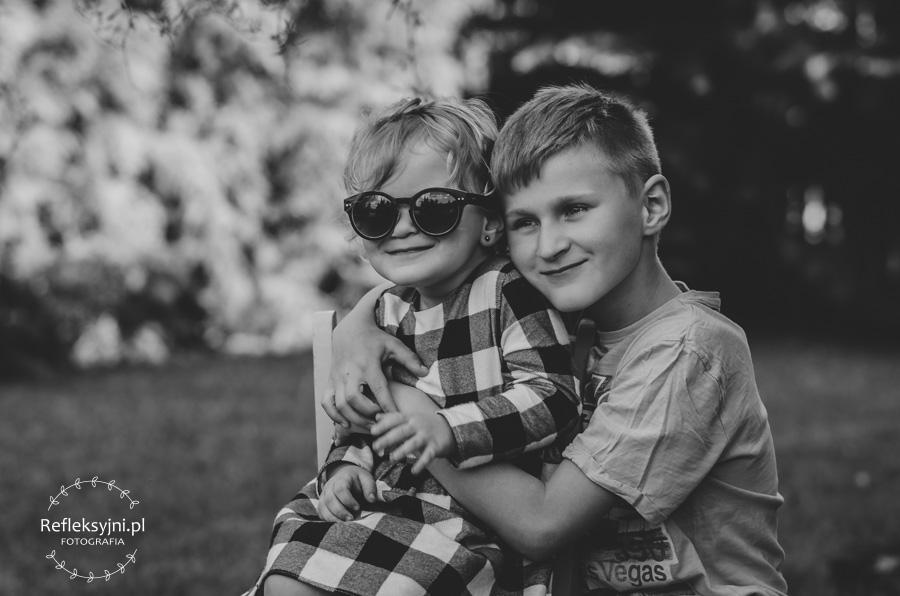 Dziewczynka w okularach przeciwsłonecznych z bratem