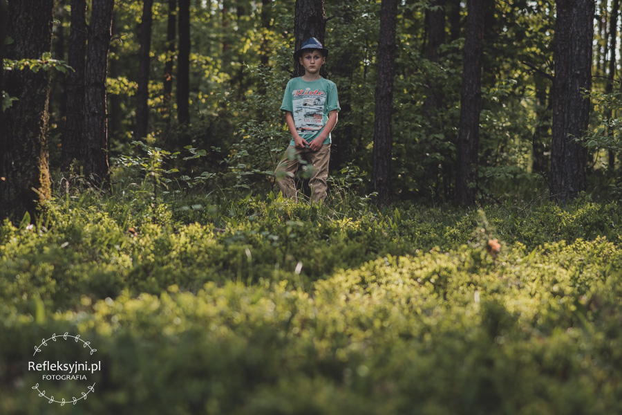 Chłopiec w kapeluszu w lesie