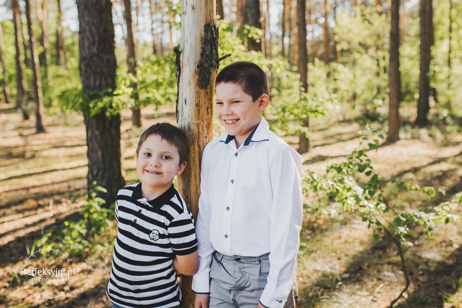 Dwaj bracia w lesie