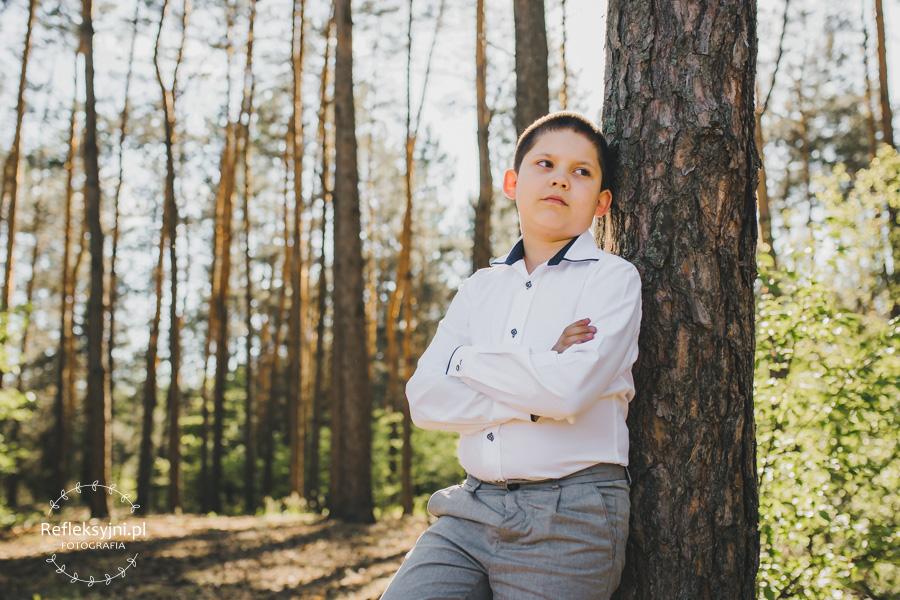 Chłopiec przy drzewie