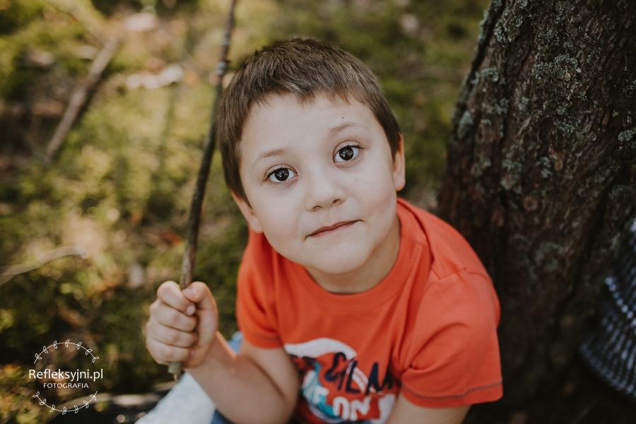 Chłopiec w lesie z patykiem