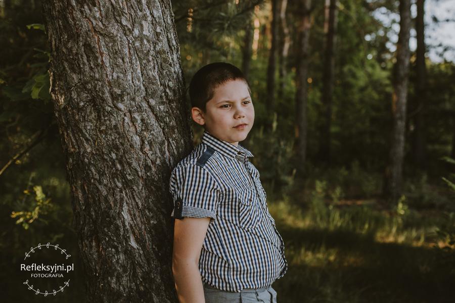 Chłopiec w lesie