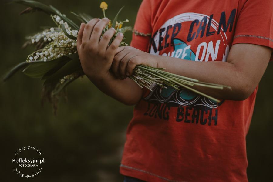 Chłopiec na polanie z bukietem