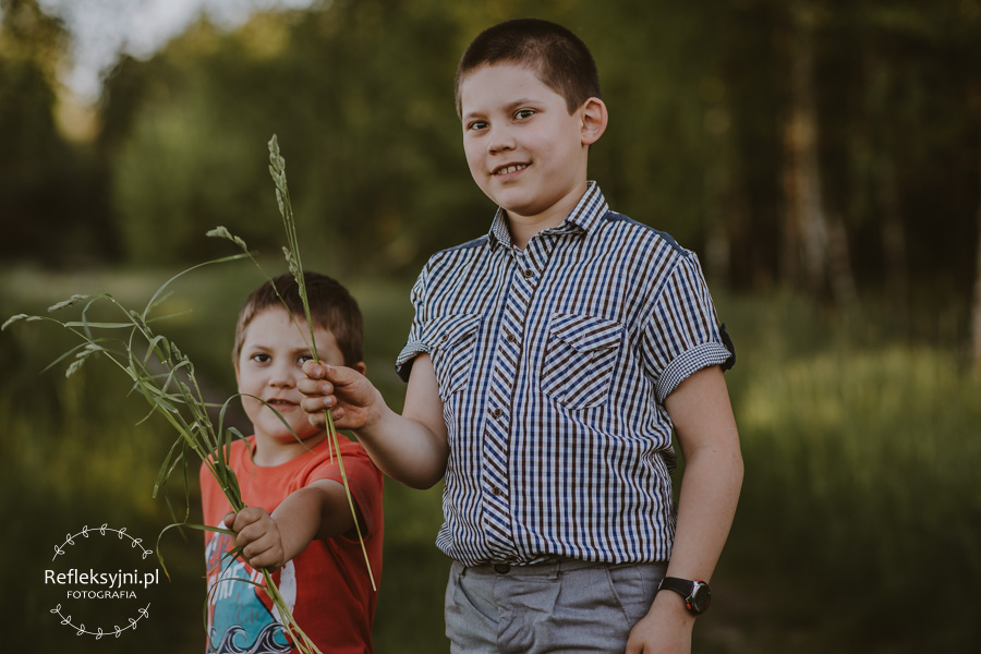 Dwóch chłopców na polanie