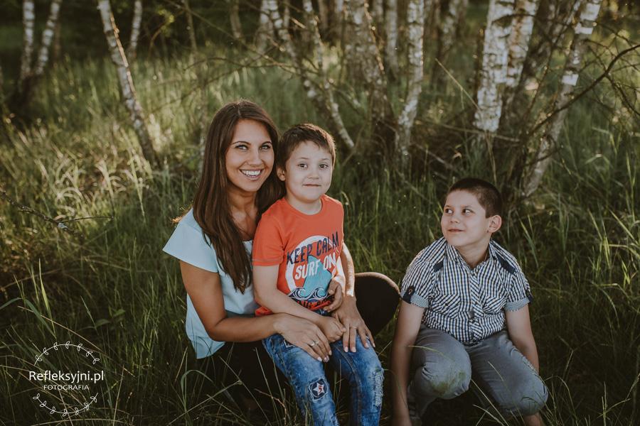 Dwóch chłopców i kobieta na polanie