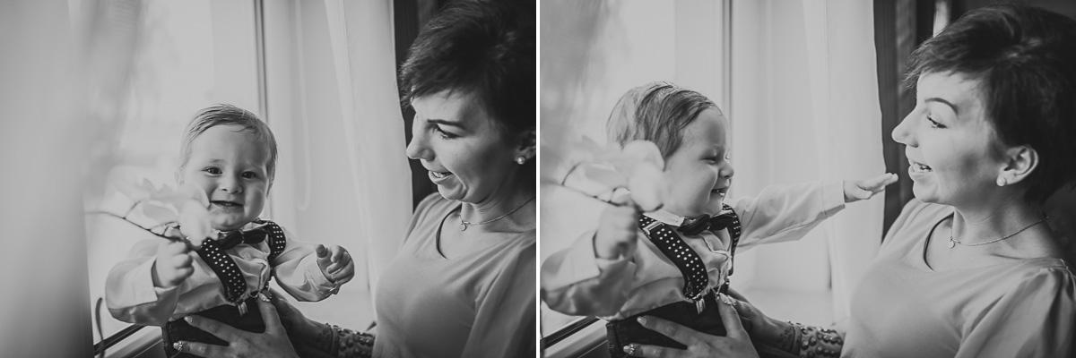 Dziecko bawiące się z kobietą na Chrzcie