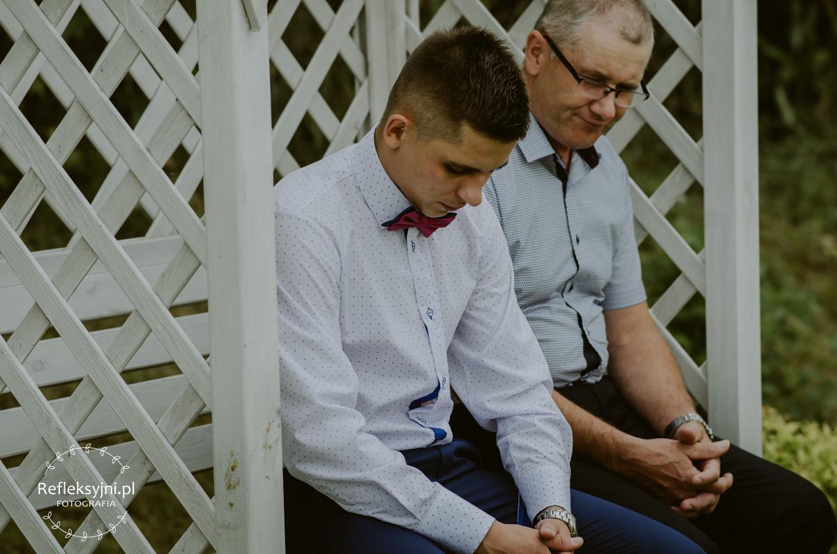 Dwóch mężczyzn siedzących w ogrodzie